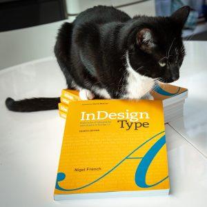 Bilde av katt og boken InDesign Type av Nigel French
